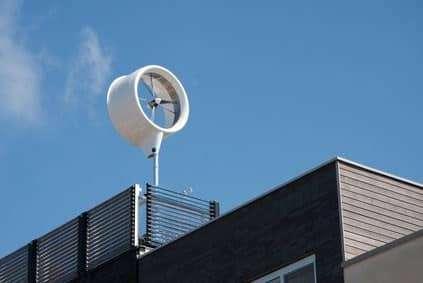 Construire une éolienne ou poser des panneaux photovoltaiques